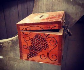 cutie donații frustrare